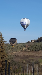 Low flying Air Balloons on a covert mission? Foto P Finnigan